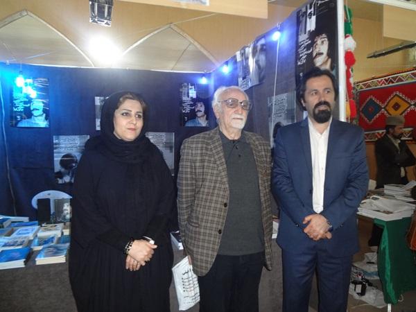 آنا پناهی وهمسرش به همراه آقای طاهری از پیشکسوتان فرهنگی استان در نمایشگاه کتاب یاسوج